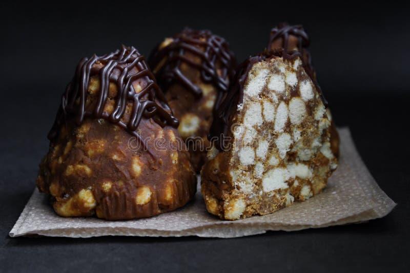 Κέικ μυρμηγκοφωλιών με τη σοκολάτα, κινηματογράφηση σε πρώτο πλάνο στο σκοτεινό υπόβαθρο στοκ φωτογραφία με δικαίωμα ελεύθερης χρήσης