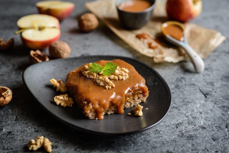 Κέικ ξύλων καρυδιάς με το ξυμένα στρώμα μήλων και καραμέλας στοκ φωτογραφία με δικαίωμα ελεύθερης χρήσης