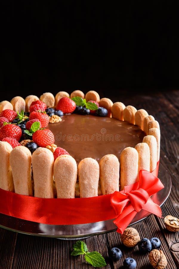 Κέικ ξύλων καρυδιάς με τις φράουλες, τα βακκίνια και το μπισκότο savoiardi στοκ φωτογραφία με δικαίωμα ελεύθερης χρήσης