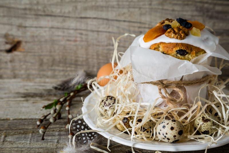 Κέικ Πάσχας με τα αυγά, αγροτικό ξύλινο υπόβαθρο στοκ εικόνες με δικαίωμα ελεύθερης χρήσης