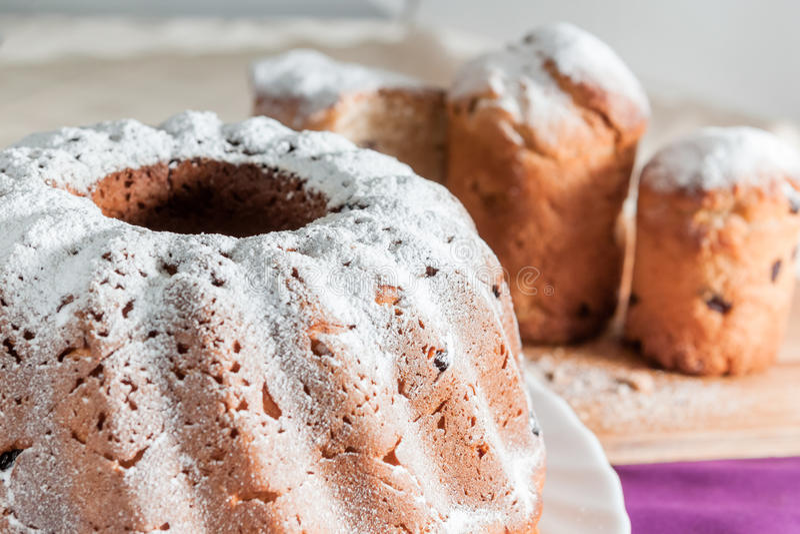 Κέικ Πάσχας με τη ζάχαρη και τις σταφίδες τήξης στοκ εικόνες