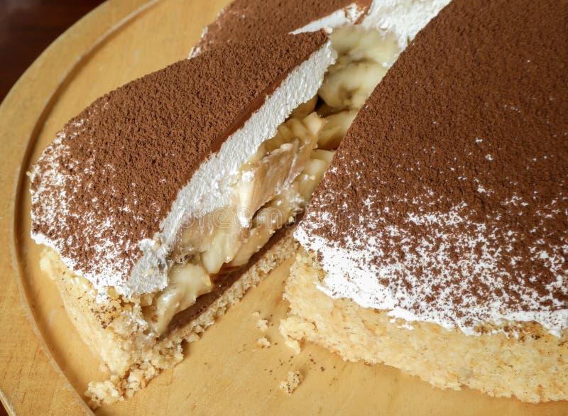 Κέικ πιτών Banoffee με τις μπανάνες στα στρώματα της κτυπημένης κρέμας στοκ εικόνες