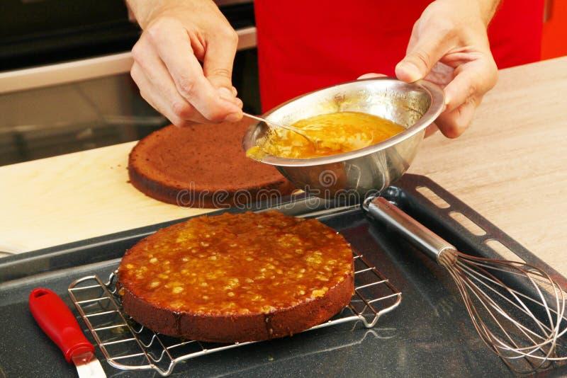 Κέικ που βάζει σε στρώσεις με τη μαρμελάδα στοκ εικόνες με δικαίωμα ελεύθερης χρήσης