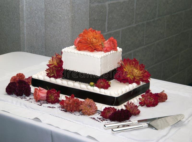 Κέικ που διακοσμείται με τα λουλούδια στοκ εικόνα με δικαίωμα ελεύθερης χρήσης