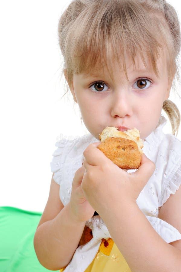 κέικ που τρώει το κορίτσι στοκ εικόνα με δικαίωμα ελεύθερης χρήσης