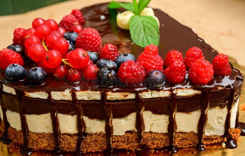 Κέικ σμέουρων και πολλά φρέσκα σμέουρα, δασικό άγριο κέικ Muss φρούτων μούρων με τη σοκολάτα μια άσπρη σοκολάτα στοκ εικόνα
