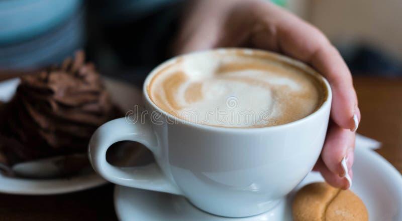 Κέικ σοκολάτας με ένα φλιτζάνι του καφέ στον πίνακα σε μια καφετερία Γλυκό πρόχειρο φαγητό στο μεσημεριανό γεύμα Γλυκά στοκ φωτογραφία με δικαίωμα ελεύθερης χρήσης