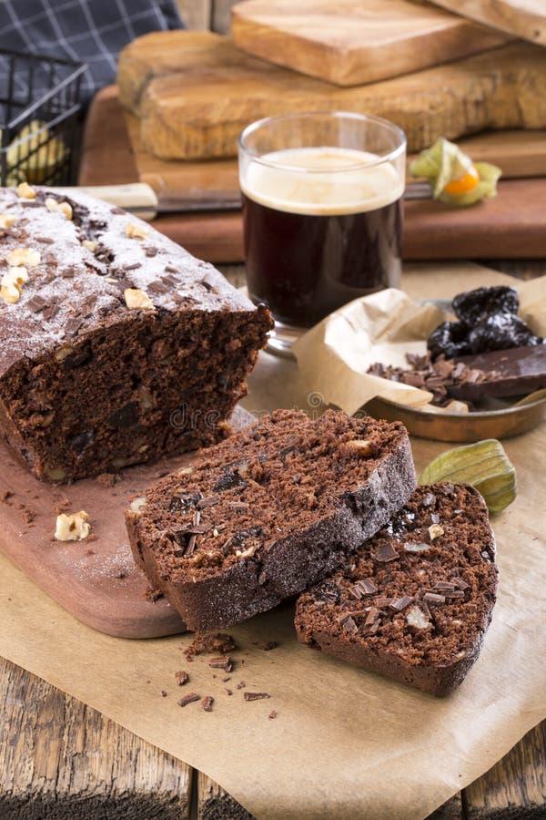 Κέικ σοκολάτας με το δαμάσκηνο και τα ξύλα καρυδιάς στοκ φωτογραφία με δικαίωμα ελεύθερης χρήσης