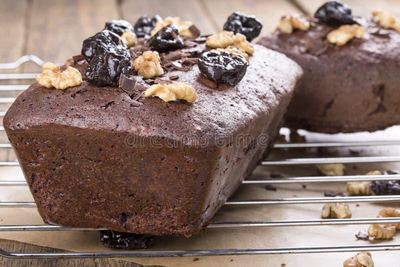 Κέικ σοκολάτας με το δαμάσκηνο και τα ξύλα καρυδιάς στοκ εικόνες
