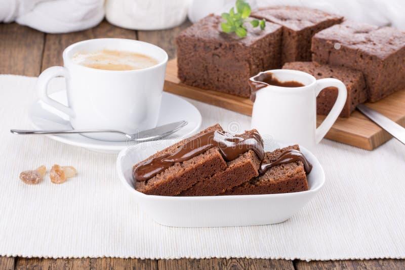 Κέικ σοκολάτας με το κάλυμμα σοκολάτας στοκ φωτογραφίες με δικαίωμα ελεύθερης χρήσης