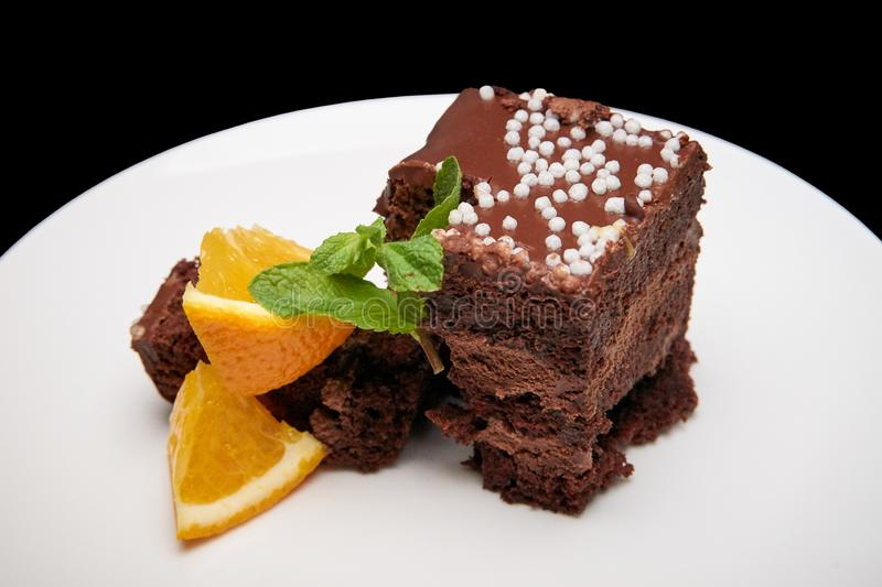Κέικ σοκολάτας με το πορτοκάλι σε ένα άσπρο πιάτο στοκ εικόνες