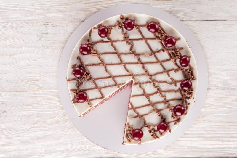 Κέικ σοκολάτας με mousse, διακοσμημένα κεράσια στοκ εικόνες