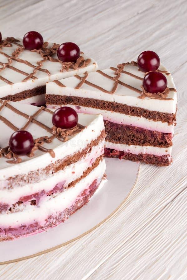 Κέικ σοκολάτας με mousse, διακοσμημένα κεράσια στοκ φωτογραφίες με δικαίωμα ελεύθερης χρήσης