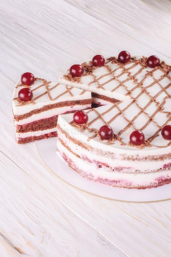 Κέικ σοκολάτας με mousse, διακοσμημένα κεράσια στοκ φωτογραφίες