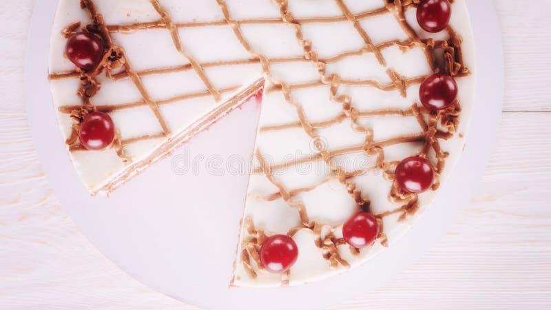 Κέικ σοκολάτας με mousse, διακοσμημένα κεράσια στοκ εικόνες με δικαίωμα ελεύθερης χρήσης