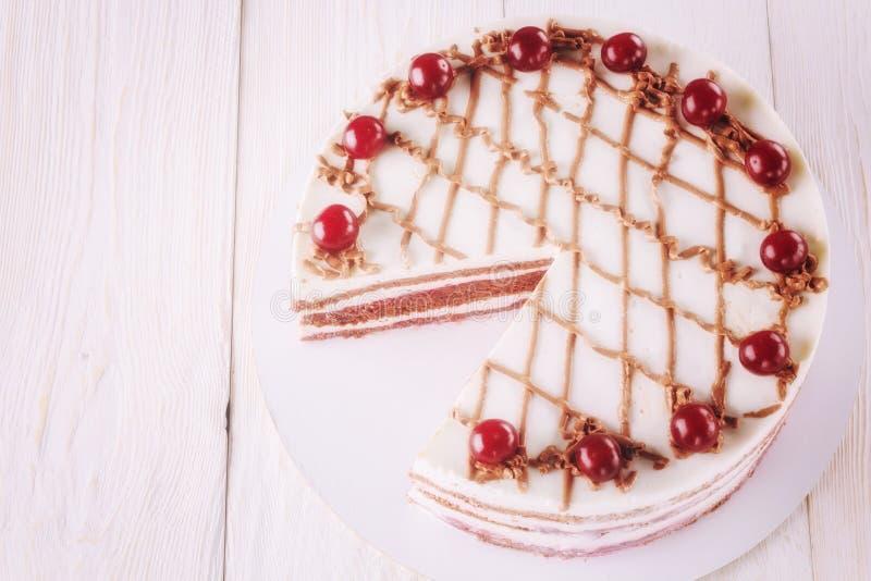 Κέικ σοκολάτας με mousse, διακοσμημένα κεράσια στοκ φωτογραφία