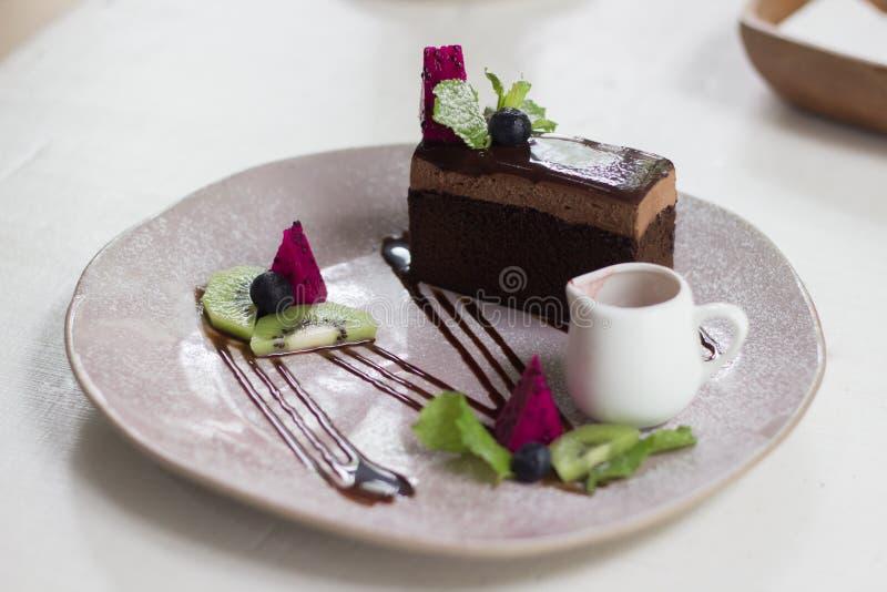 Κέικ σοκολάτας στη καφετερία στοκ φωτογραφία