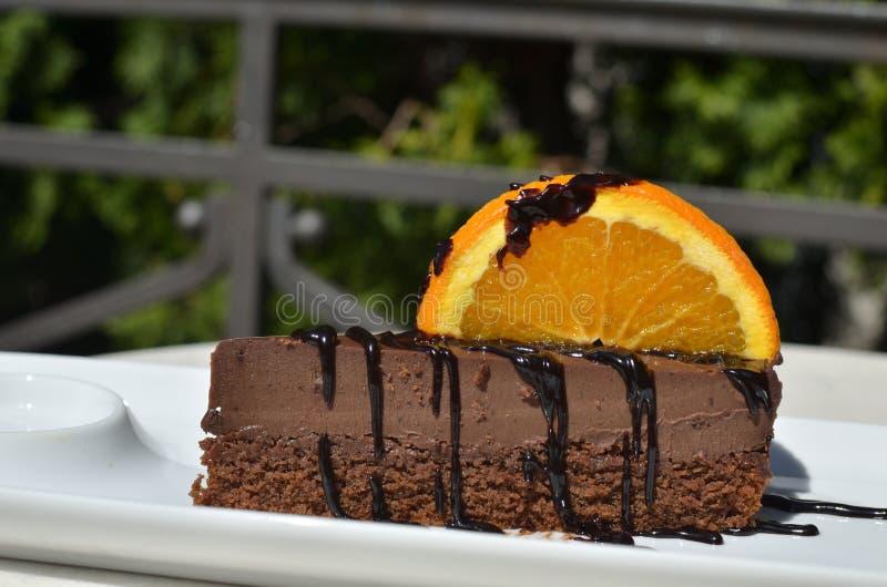 Κέικ σοκολάτας στον κήπο στοκ εικόνες με δικαίωμα ελεύθερης χρήσης