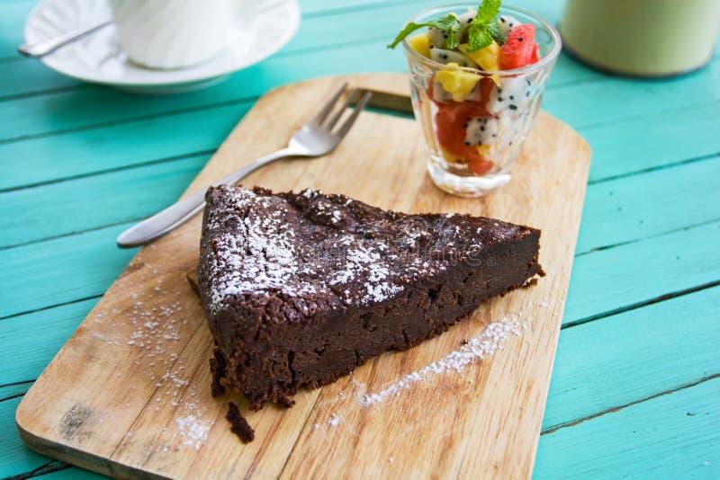 Κέικ σοκολάτας με τη σαλάτα φρούτων στοκ εικόνες με δικαίωμα ελεύθερης χρήσης