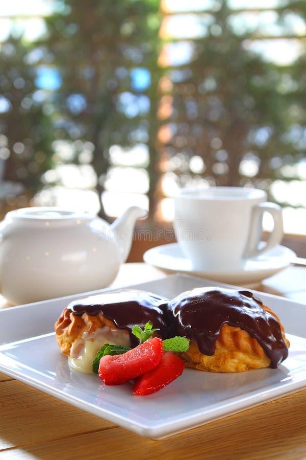 Κέικ σοκολάτας με το παγωτό και τις φράουλες στοκ εικόνες