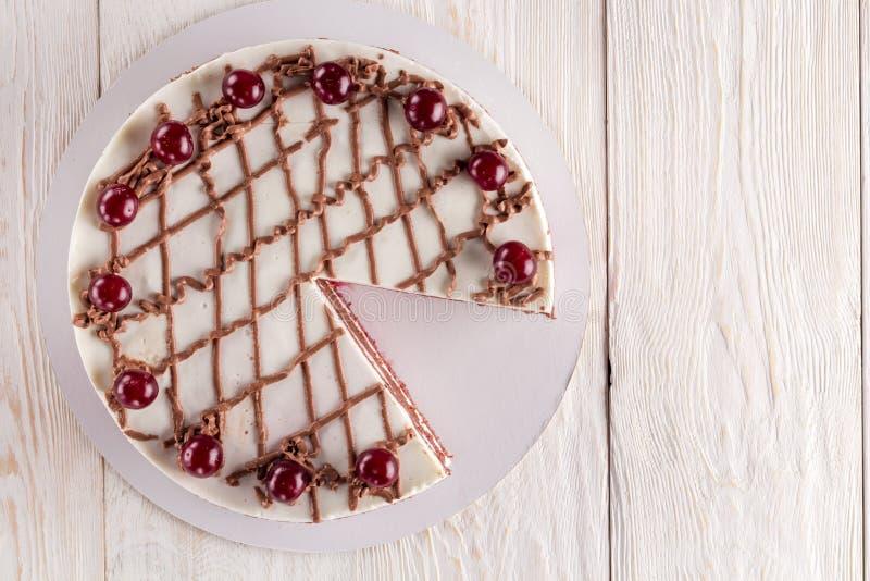 Κέικ σοκολάτας με mousse, διακοσμημένα κεράσια στοκ φωτογραφία με δικαίωμα ελεύθερης χρήσης
