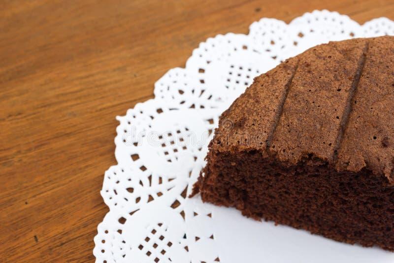 Κέικ σοκολάτας σε άσπρο χαρτί Doyley στοκ φωτογραφίες με δικαίωμα ελεύθερης χρήσης