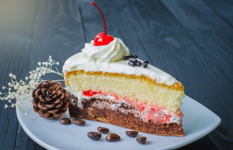 Κέικ σοκολάτας στο πιάτο σε ξύλινο στοκ εικόνες
