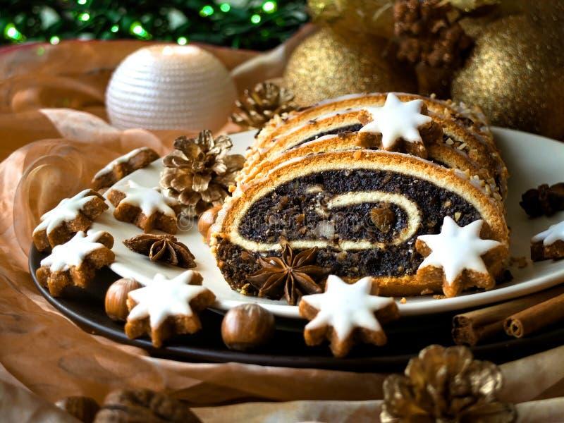 Κέικ σπόρου παπαρουνών Χριστουγέννων σε ένα πιάτο στοκ εικόνα