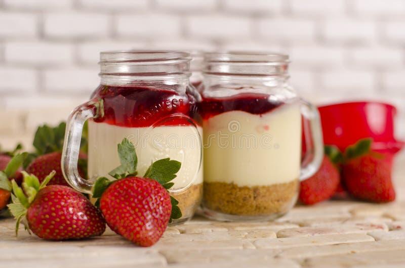 Κέικ στη φράουλα βάζων στοκ φωτογραφία με δικαίωμα ελεύθερης χρήσης