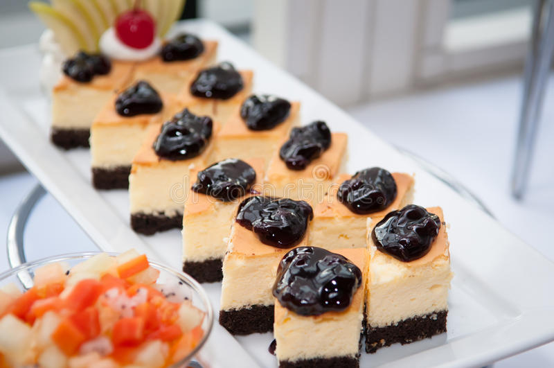 Κέικ στρώματος με τα βακκίνια στοκ εικόνα