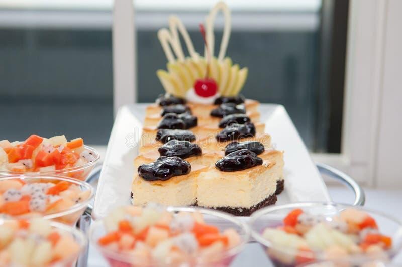 Κέικ στρώματος με τα βακκίνια στοκ φωτογραφία