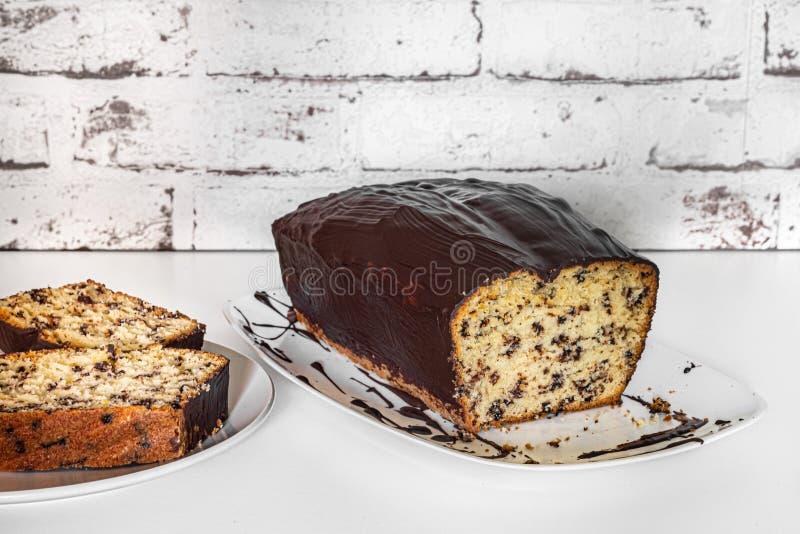 Κέικ σφουγγαριών, κέικ δοχείων ή κέικ επίσης αποκαλούμενων κιβωτίων με τη σάλτσα σοκολάτας, που τεμαχίζεται στοκ εικόνα με δικαίωμα ελεύθερης χρήσης