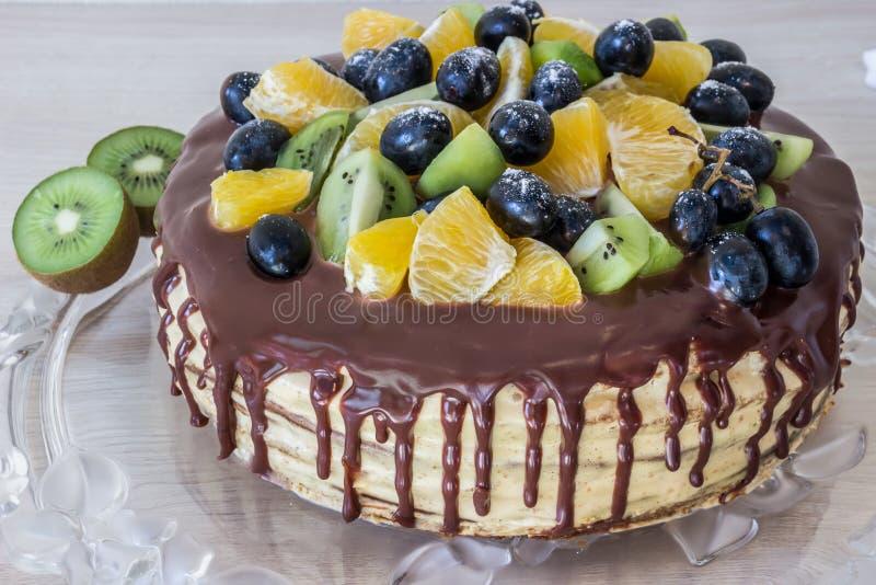 Κέικ σφουγγαριών μελιού με τα φρούτα και τους λεκέδες σοκολάτας στοκ εικόνα με δικαίωμα ελεύθερης χρήσης