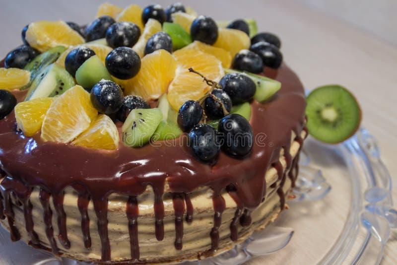 Κέικ σφουγγαριών με τα φρούτα και τους λεκέδες σοκολάτας στοκ εικόνα με δικαίωμα ελεύθερης χρήσης