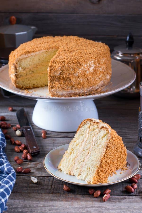 Κέικ σφουγγαριών με την κρέμα και τα φυστίκια στοκ εικόνες