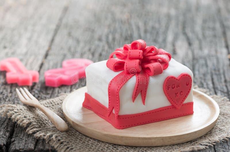 Κέικ του κιβωτίου κορδελλών στοκ εικόνα με δικαίωμα ελεύθερης χρήσης