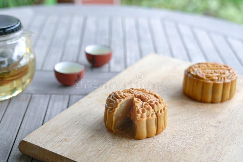 Κέικ φεγγαριών που εξυπηρετούνται με το κινεζικό τσάι Μέσο φεστιβάλ φθινοπώρου στοκ φωτογραφίες