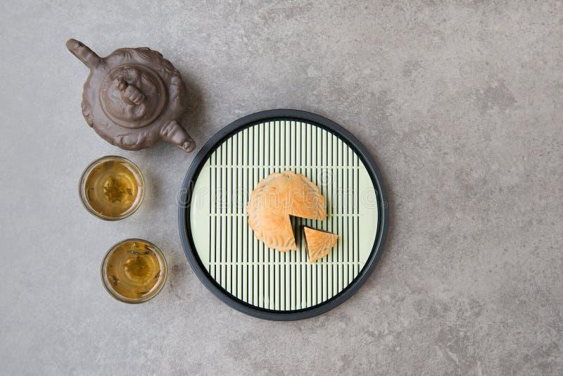 Κέικ φεγγαριών φεστιβάλ μέσος-φθινοπώρου και κινεζικό τσάι στοκ εικόνα με δικαίωμα ελεύθερης χρήσης