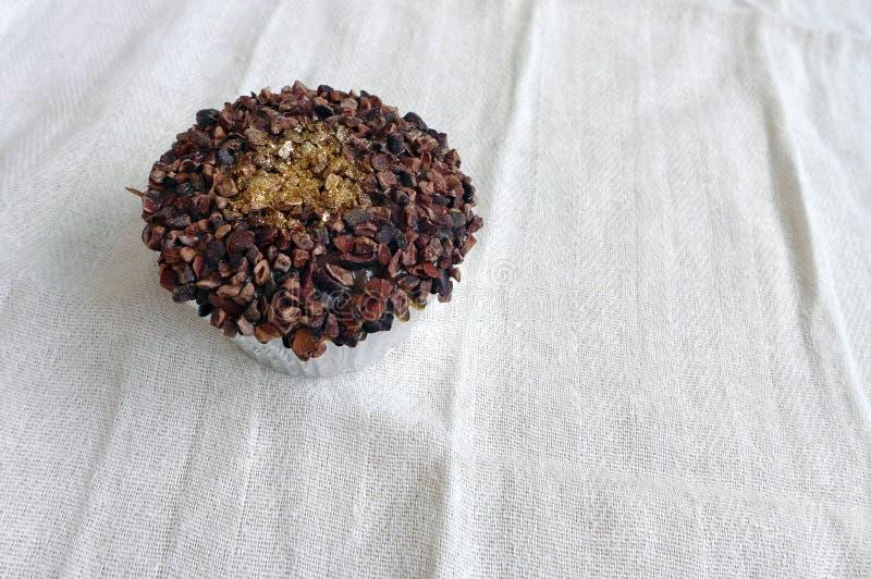 Κέικ φλυτζανιών πολυτέλειας με τη χρυσή σκόνη στοκ εικόνες με δικαίωμα ελεύθερης χρήσης