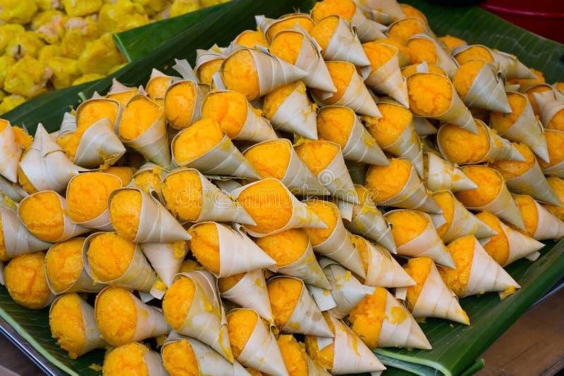 Κέικ φοινικών χυμού φοινικόδεντρου στο φλυτζάνι φύλλων, ένα είδος ομοειδούς κέικ σφουγγαριών Ο εθνικός στοκ εικόνα