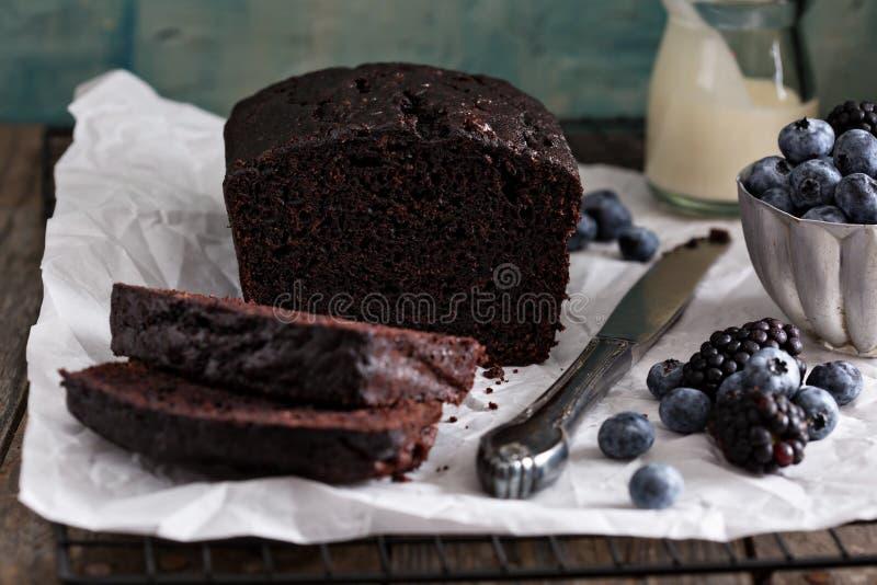 Κέικ φραντζολών σοκολάτας που τεμαχίζεται στοκ φωτογραφίες