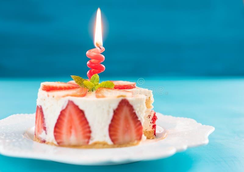 Κέικ φραουλών με την κρέμα βανίλιας με ένα κερί, χρόνια πολλά έννοια στοκ φωτογραφία με δικαίωμα ελεύθερης χρήσης
