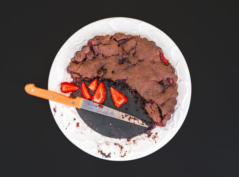 Κέικ φραουλών σοκολάτας με τις φρέσκες φράουλες σε ένα άσπρο cer στοκ εικόνα