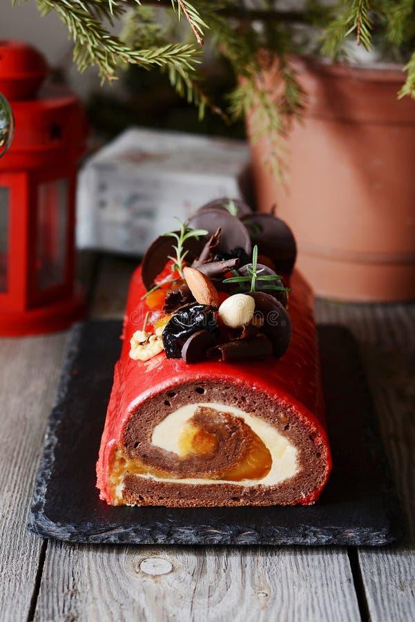 Κέικ Χριστουγέννων κούτσουρων σοκολάτας yule στο ξύλινο υπόβαθρο Παραδοσιακό επιδόρπιο Χριστουγέννων ατμόσφαιρα εορταστική στοκ φωτογραφία με δικαίωμα ελεύθερης χρήσης