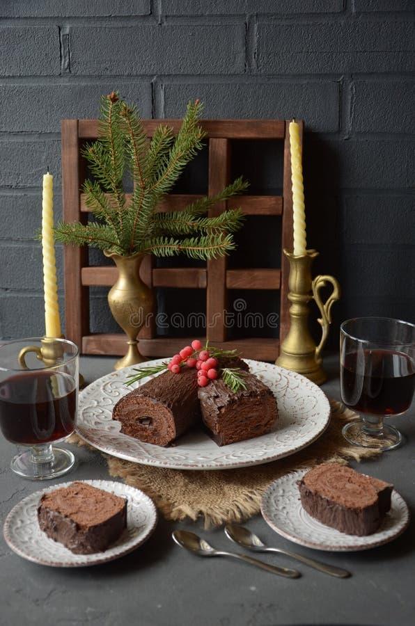 Κέικ Χριστουγέννων κούτσουρων σοκολάτας yule με τη διακόσμηση Χριστουγέννων στον πίνακα διακοπών στοκ φωτογραφίες με δικαίωμα ελεύθερης χρήσης