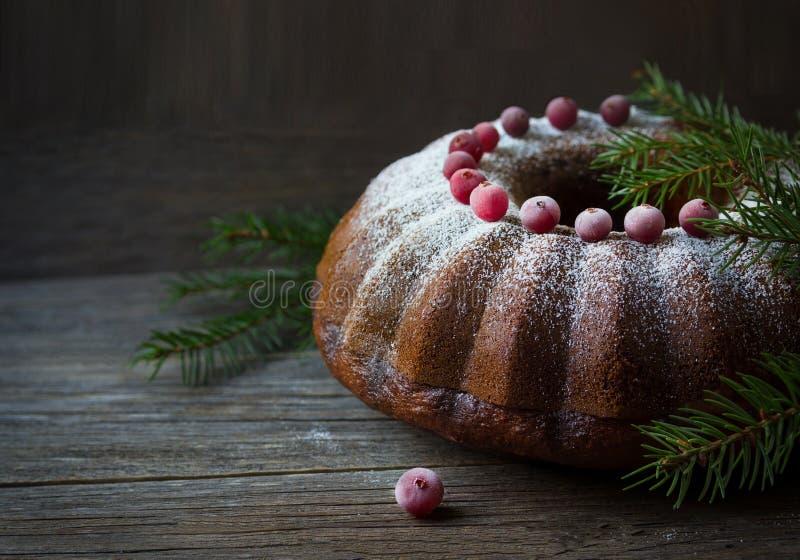 Κέικ Χριστουγέννων με τα τα βακκίνια και τους κλάδους έλατου στοκ εικόνες με δικαίωμα ελεύθερης χρήσης