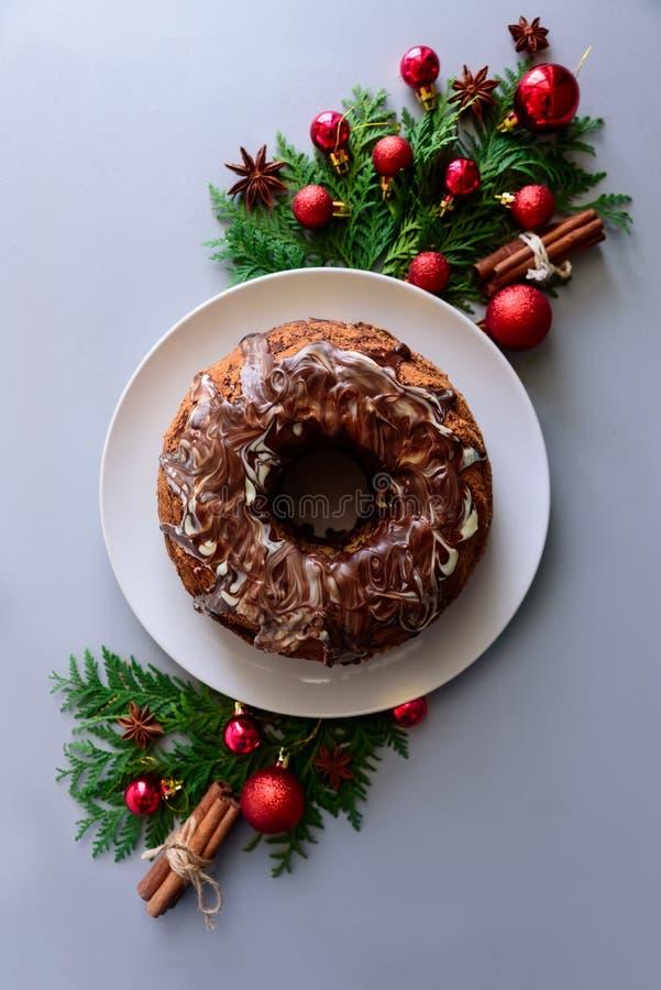Κέικ Χριστουγέννων με την τήξη σοκολάτας στο γκρίζο ξύλινο υπόβαθρο Έννοια διακοσμήσεων διακοπών Τοπ όψη Επίπεδος βάλτε στοκ φωτογραφίες
