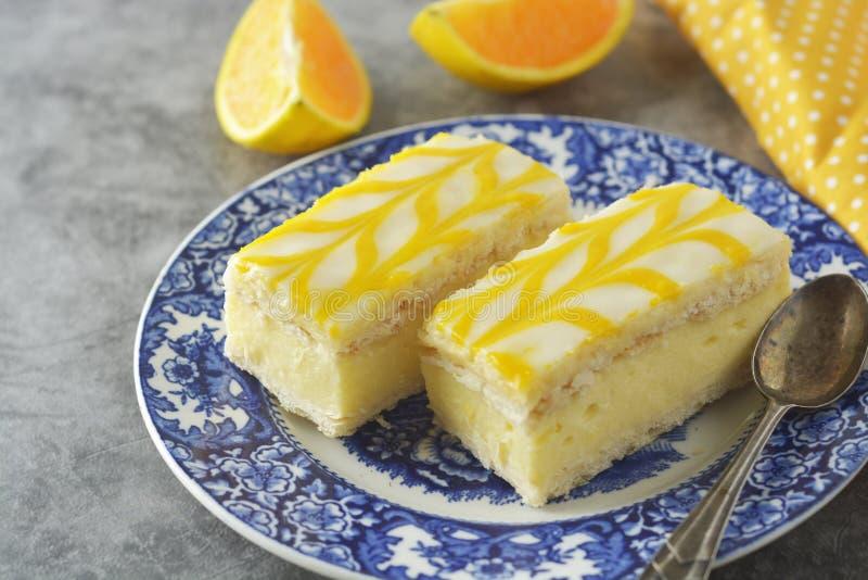 Κέικ ψηλής βροχής λεμονιών, επιδόρπιο κέικ κρουστών λεμονιών στοκ εικόνα