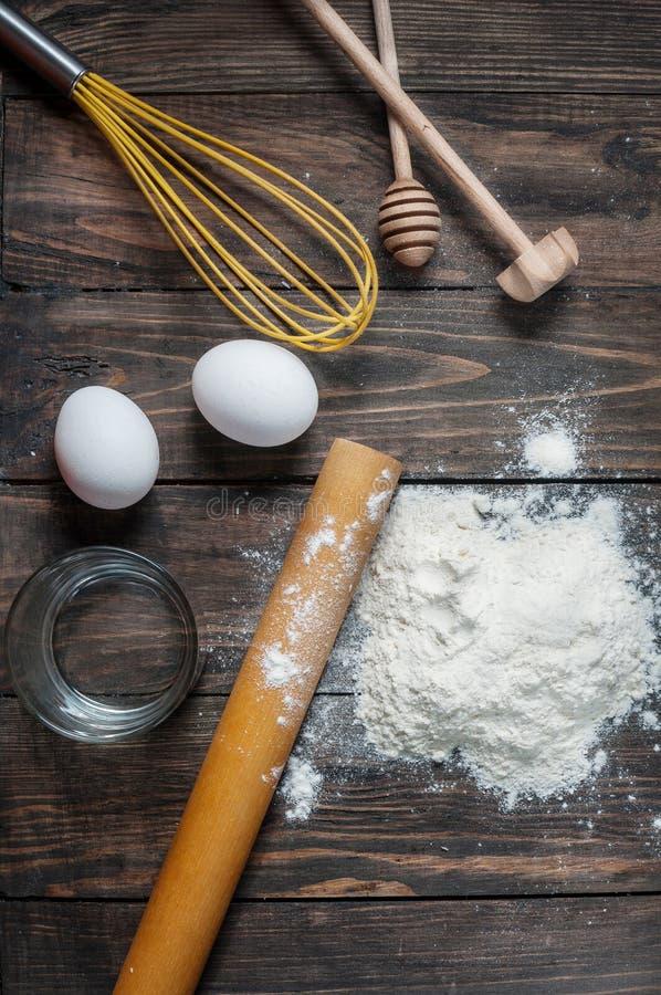 Κέικ ψησίματος στην αγροτική κουζίνα - συστατικά συνταγής ζύμης στον εκλεκτής ποιότητας ξύλινο πίνακα άνωθεν στοκ φωτογραφία με δικαίωμα ελεύθερης χρήσης