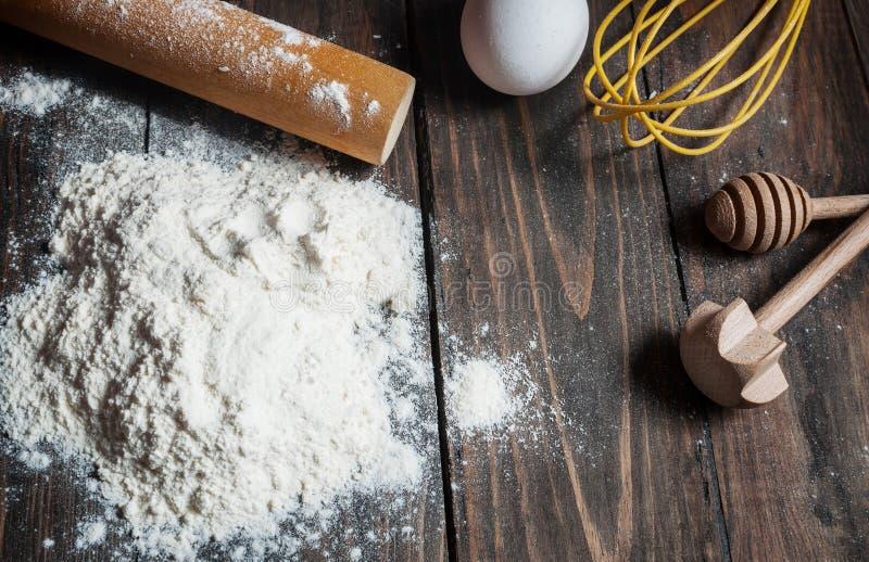 Κέικ ψησίματος στην αγροτική κουζίνα - συστατικά συνταγής ζύμης στον εκλεκτής ποιότητας ξύλινο πίνακα άνωθεν στοκ εικόνες